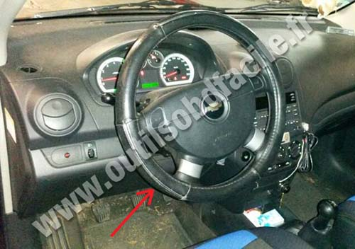 chevrolet aveo dashboard obd2 connector location in chevrolet aveo (2002 2011) outils Chevy Cruze Back Up Camera Wiring Diagram at crackthecode.co