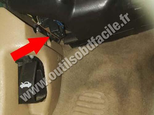 Chrysler Stratus - Hood lever