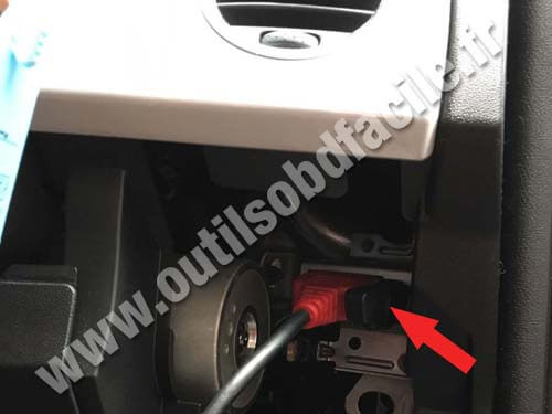 OBD2 connector location in Fiat 500 (2007 - ) RHD - Outils OBD Facile