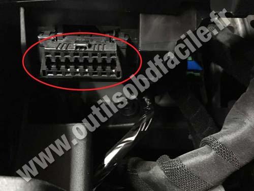 Fiat 500L - OBD2 plug