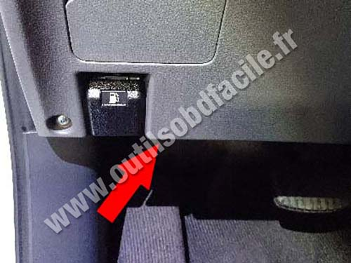 Fiat Fullback - Fuel door command lever