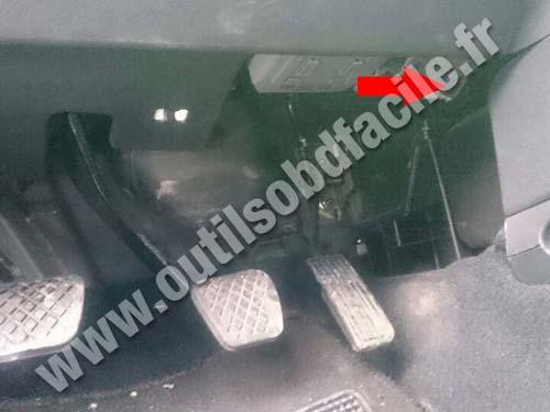 OBD2 connector location in Honda CR-V (2002 - 2006) - Outils OBD Facile