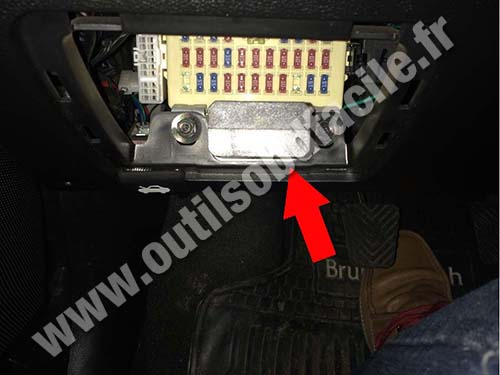 hyundai accent fuse box obd2 connector location in hyundai accent (2010 ) outils 2010 hyundai accent fuse box location at gsmportal.co