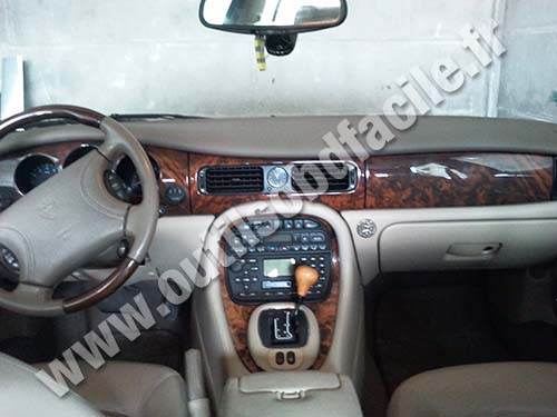 Jaguar XJ8 dashboard
