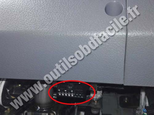Kia Carens - OBD II port