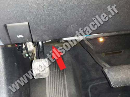 Lancia Thema - Hood lever