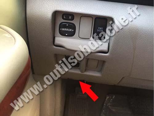 Lexus RX 400h - Hood opening lever