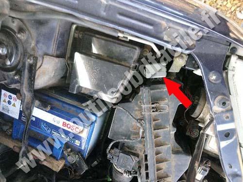 Mazda Premacy - Hood battery side