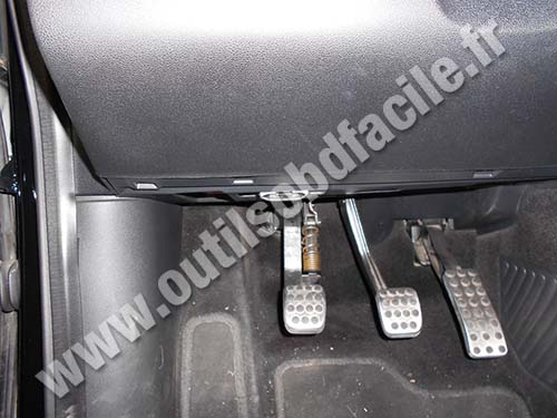 Mercedes B180 hood opening system