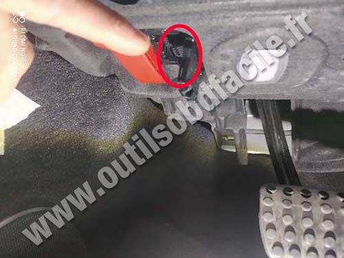 Mercedes SLR - OBD port