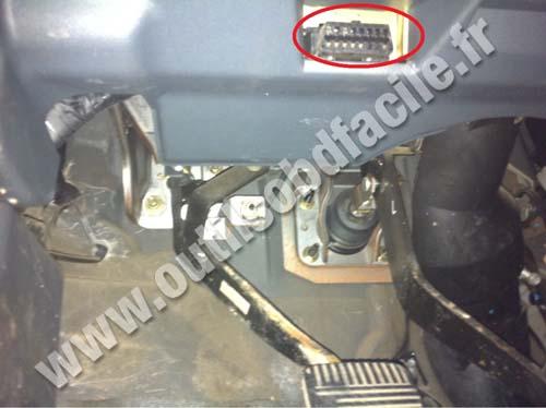 Nissan Almera pedals OBD socket
