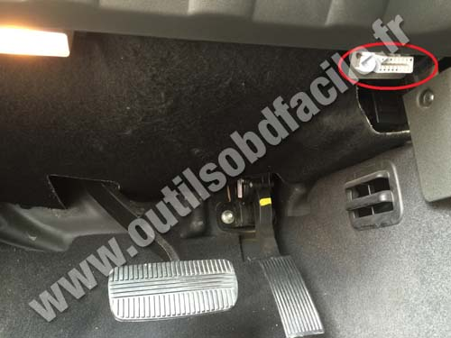 OBD2 connector location in Nissan Navara/Frontier D40 (2004