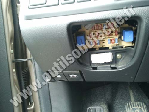 obd2 diagnostics port nissan note obd2 connector location in nissan note (2005 2012) outils obd nissan almera 2005 fuse box location at soozxer.org