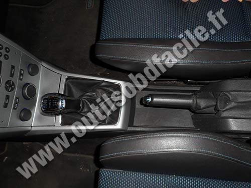 obd2 connector location in opel astra h  2004