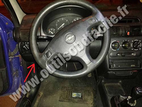opel corsa b dashboard steering wheel obd2 connector location in opel corsa b (1993 2000) outils obd vauxhall combo van fuse box location at readyjetset.co