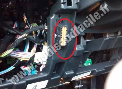 obd2 connector location in peugeot 2008 2013 outils obd facile. Black Bedroom Furniture Sets. Home Design Ideas