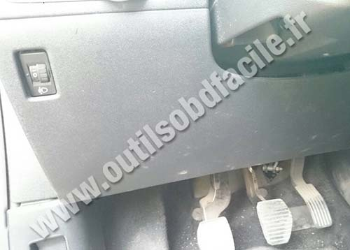 Peugeot 208 cover under the steering wheel