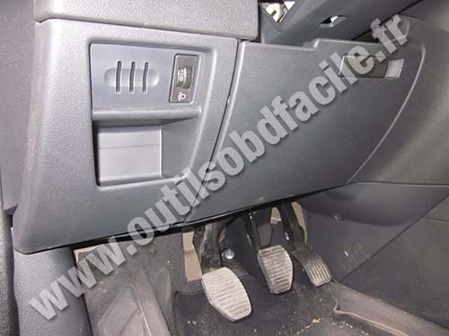 obd2 connector location in peugeot 3008  2009