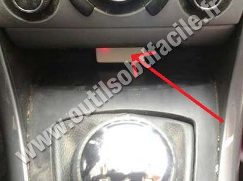 Peugeot 408 central storage compartment