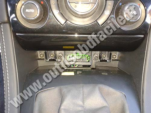 obd2 connector location in peugeot rcz 2010 outils obd facile. Black Bedroom Furniture Sets. Home Design Ideas