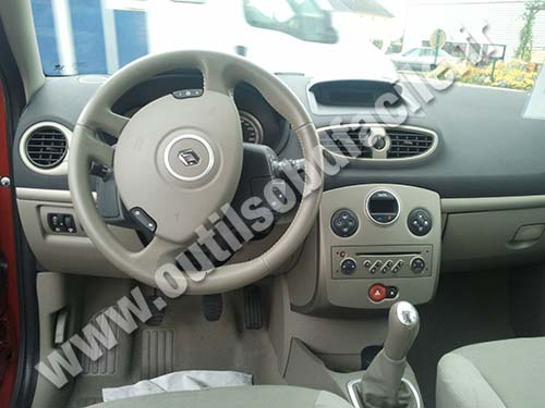 obd2 connector location in renault clio 3 2005 2014 outils obd facile. Black Bedroom Furniture Sets. Home Design Ideas