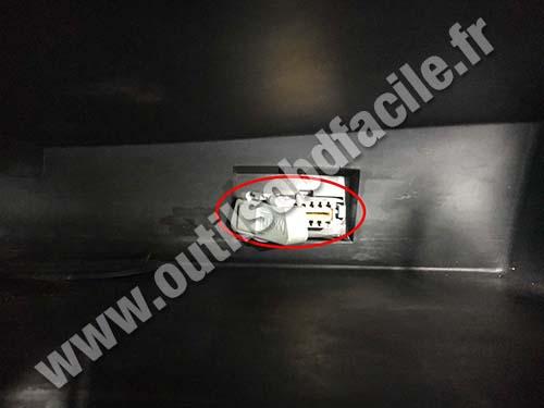 Renault Duster - OBD plug