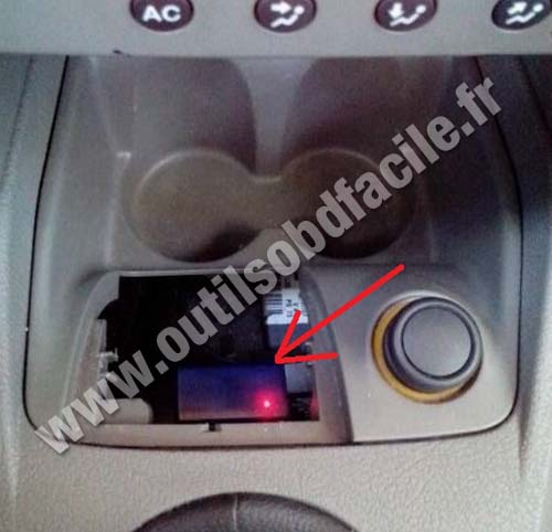 obd2 connector location in renault symbol 2008 2013 outils obd facile. Black Bedroom Furniture Sets. Home Design Ideas