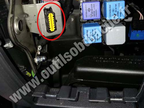 renault trafic 3 OBD connector obd2 connector location in renault trafic (2014 ) outils renault trafic fuse box location at bayanpartner.co