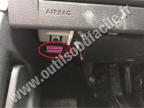 OBD2 connector location in Volkswagen Golf VI (2008 - 2012) - Outils