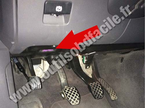 OBD2 connector location in Volkswagen Touareg (2002 - 2010) - Outils OBD Facile
