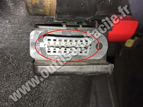 OBD2 connector location in Volvo C70 (2006 - 2013) - Outils